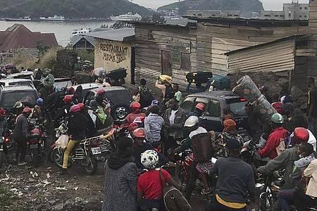 Evakuierung einer Millionenstadt: Einwohner tragen ihre Habseligkeiten, während sie Goma verlassen. Foto: Moses Sawasawa/AP/dpa
