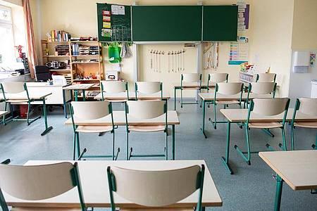 In einem menschenleeren Klassenraum einer Grundschule sind die Stühle hochgestellt. Foto: Sina Schuldt/dpa