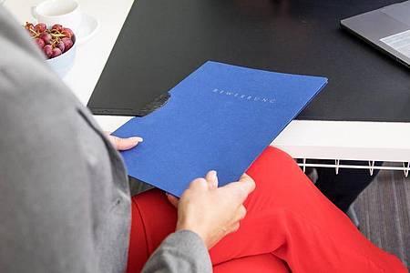 Wenn es im Bewerbungsgespräch um das Gehalt geht, sollten sich die Gesprächspartner auf Augenhöhe begegnen. Foto: Christin Klose/dpa-tmn