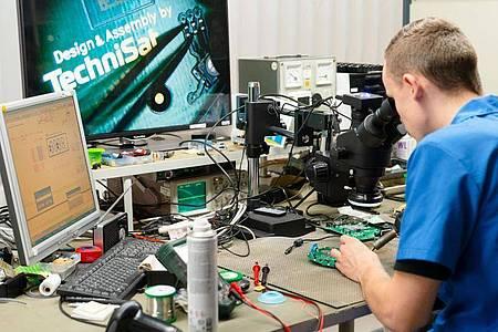 Hier sind technisches Verständnis und logisches Denken gefragt: Felix Hannemann, angehender Elektroniker für Geräte und Systeme, lötet Teile einer Platine mit Heißluft. Foto: Nicolas Armer/dpa-tmn