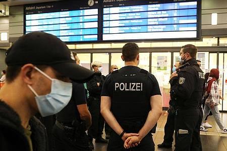 Bundespolizisten kontrollieren auf dem Essener Hauptbahnhof die Einhaltung der Maskenpflicht. Foto: Oliver Berg/dpa