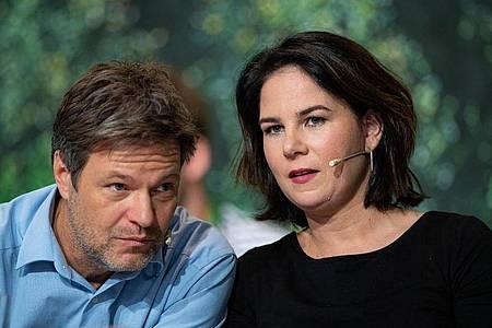 Online-Parteitag: Die Parteichefs Habeck und Baerbock sprechen von der Berliner Parteizentrale aus. Foto: Guido Kirchner/dpa/Archiv