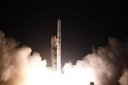 Der Aufklärungssatellit «Ofek 16» startet auf dem Luftwaffenstützpunkt Palmachim. Er soll die militärische Aufklärung verbessern. Foto: -/Israel Ministry of Defense Spokesperson`s Office/AP/dpa