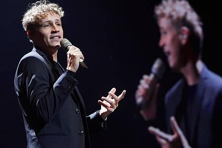 Sänger Tim Bendzko beim Tourauftakt in der Barclaycard Arena. Foto: Georg Wendt/dpa