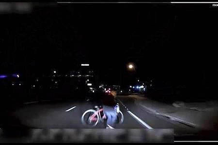 Das von der Polizei Tempe herausgegebene Bild aus einem Video, das eine fest installierte Kamera aufgenommen hat, zeigt den Moment kurz bevor ein selbstfahrendes Auto von Uber eine Frau anfährt. Foto: Tempe Police Department/AP/dpa