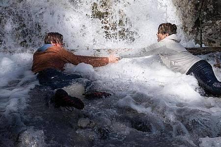 Der Wasserfall droht Felix (Alessandro Schuster) und Luisa Hertinger (Carolina Vera) mitzureißen. Foto: Stephanie Kulbach/ZDF/dpa
