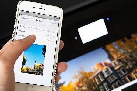 Vom iPhone zum Drucker - Apples Aiprint macht es möglich. Foto: Catherine Waibel/dpa-tmn