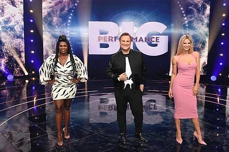 Die TV-Stars Motsi Mabuse (l-r), Guido Maria Kretschmer und Michelle Hunziker sind das Rateteam der neuen Show «Big Performance - Wer ist der Star im Star?». Foto: Steffen Wolff/TVNow/RTL/dpa