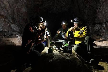 Teilnehmer der Studie «Deep Time» beim Essen in der Höhle in den französischen Pyrenäen. Foto: -/Human Adaptation Institute/AP/dpa
