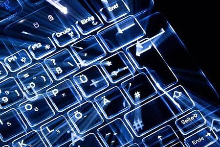 Tasten einer beleuchteten Tastatur. Foto: Sebastian Gollnow/dpa