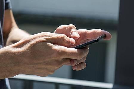 Vielfalt beim Chatten: Nachrichten schicken kann man nicht nur mit einem Messenger. Foto: Christin Klose/dpa-tmn