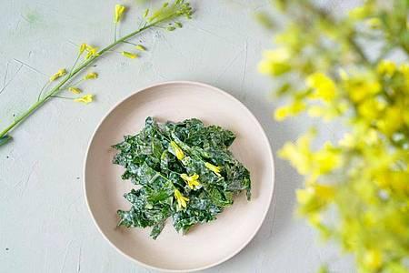Krautsalat aus Kohlrabi-Blättern, die sonst in der Tonne landen würden - das Rezept stammt vom Foodblog «Ye Old Kitchen». Foto: Ye Old Kitchen/dpa-tmn