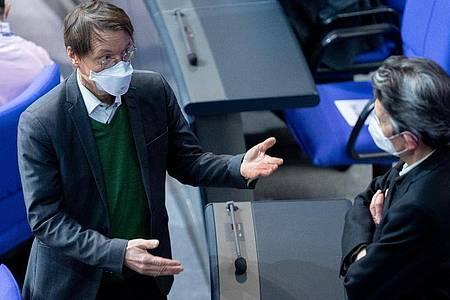 SPD-Gesundheitsexperte Karl Lauterbach diskutiert im Bundestag mit dem Fraktionsvorsitzenden Rolf Mützenich. Foto: Kay Nietfeld/dpa