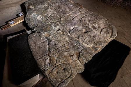 Die eingravierten Linien auf dem Stein markieren wahrscheinlich ein damaliges Herrschaftsgebiet. Foto: Denis Gliksman/Bournemouth University/dpa
