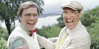 Baumann und Clausen draußen im Grünen