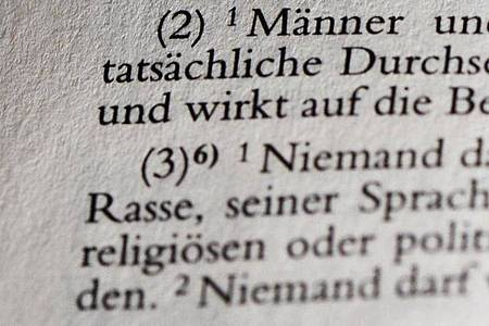 Das Wort «Rasse» im im Artikel 3 Absatz 3 des Grundgesetzes. Foto: Jens Kalaene/dpa