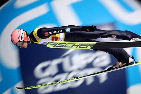 Im Skisprung-Weltcup schauen alle gespannt auf das erste Einzel-Springen: Karl Geiger aus Deutschland in Aktion. Foto: Grzegorz Momot/PAP/dpa
