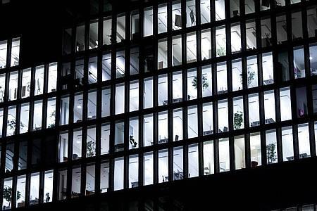 Da brennt noch Licht: Arbeitnehmer sind nicht grundsätzlich zu Nachtschichten verpflichtet. Foto: Sven Hoppe/dpa/dpa-tmn