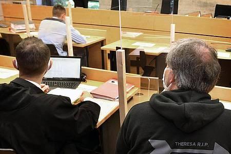 Der Vater (r) des Unfallopfers sitzt im Gerichtssaal in Würzburg hinter dem Angeklagten. Foto: Karl-Josef Hildenbrand/dpa
