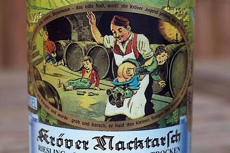"""Das Etikett """"Kröver Nacktarsch"""" ziert eine Weinflasche. Foto: Thomas Frey/dpa"""