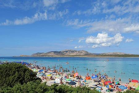 Badegäste am Strand auf der Mittelmeerinsel Sardinien (Archiv). Foto: Andrea Warnecke/dpa-tmn/dpa