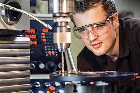 In der dreieinhalbjährigen Ausbildung zum Zerspanungsmechaniker bekommen die Azubis den Umgang mit CNC-Fräsen und Hobel beigebracht. Foto: Lüdecke GmbH/dpa-tmn