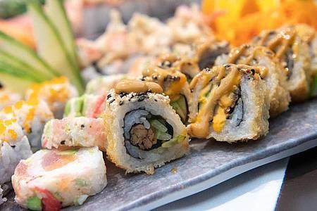 Auf Sushi und andere rohe Fischprodukte verzichten Schwangere lieber. Foto: Andrea Warnecke/dpa-tmn