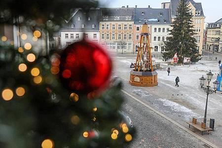 Weihnachtsbaum und Pyramide stehen auf dem Markt im sächsischen Annaberg-Buchholz. Foto: Jan Woitas/dpa-Zentralbild/dpa