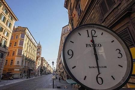 Eine große Uhr steht auf der Via Nazionale im historischen Stadtzentrum Roms. Foto: Andrew Medichini/AP/dpa
