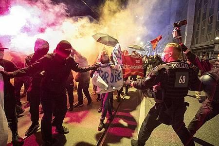 Proteste in Großstädten: Nicht jeder ist mit den neuen Ausgangsbeschränkungen einverstanden. Foto: Boris Roessler/dpa