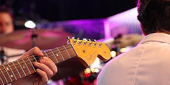 Mann spielt auf einem Bass