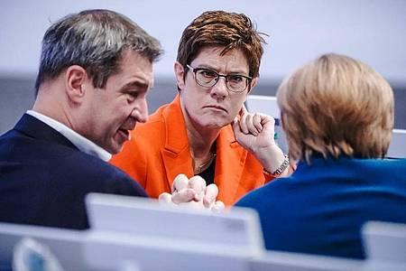 CSU-Chef Markus Söder zusammen mit Annegret Kramp-Karrenbauer und Bundeskanzlerin Angela Merkel. Foto: Michael Kappeler/dpa