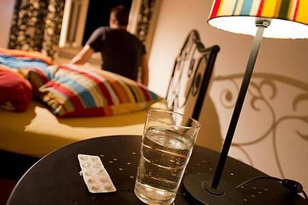 Bei Schlafstörungen versprechen rezeptfreie Schlafmittel Abhilfe. Diese sind aber nicht immer harmlos. Foto: Franziska Gabbert/dpa-tmn
