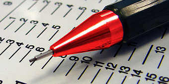 Feinminenbleistift liegt auf einen Zettel mit Daten und Fakten