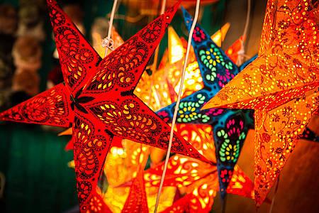 Beleuchtete Sterne zu Weihnachten