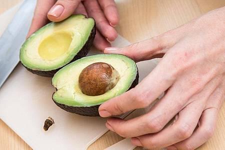 Auch nicht bereits vorgereifte Avocados werden schnell zu Hause reif: Bei Zimmertemperatur einfach zusammen mit einem Apfel in ein Tuch einwickeln. Foto: Christin Klose/dpa-tmn