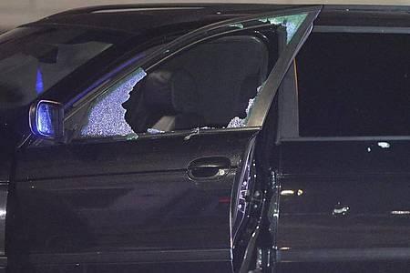 Eine defekte Scheibe in dem Fahrzeug des mutmaßlichen Täters nach einem Schusswechsel. Foto: David Young/dpa