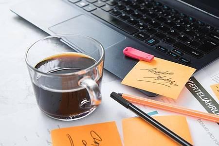 Und noch ein Kaffee: Wer es mit dem Koffein übertreibt, fördert damit eher Unruhe als Konzentration. Foto: Christin Klose/dpa-tmn