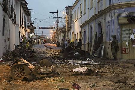 Ein Soldat steht neben den Trümmern einer Autobombe, die vor dem Rathaus von Corinto explodiert ist. Foto: Juan Bautista Diaz/AP/dpa