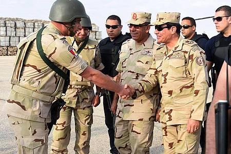 Ägyptens Präsident Al-Sisi imSommer 2015 bei einemBesuch vonSoldaten auf der Sinai-Halbinsel. Foto: Office Of The Egyptian President/OFFICE OF THE EGYPTIAN PRESIDENT/dpa