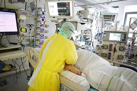 Die Zahl der Covid-Patienten, die auf Intensivstationen in Deutschland behandelt werden müssen, ist am Freitag auf 4.740 angestiegen. Foto: Bodo Schackow/dpa-zentralbild/dpa