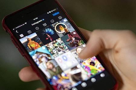 Auf dem Bildschirm eines Smartphones sieht man die Timeline in der App Instagram. Foto: Fabian Sommer/dpa