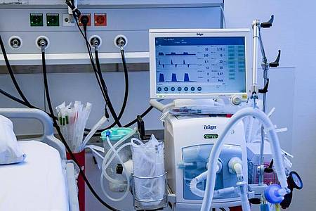 Beatmungsgerät in einem Behandlungszimmer des UKE in Hamburg. Foto: Axel Heimken/dpa/Pool/dpa