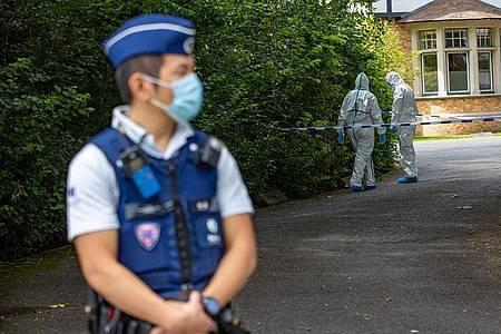Polizisten inSchutzanzügen am Tatort in der belgischen Stadt Brügge. Foto: Kurt Desplenter/BELGA/dpa