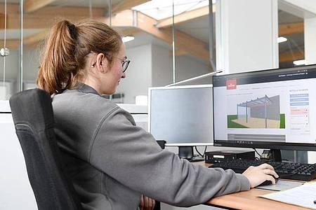 So sieht Digitalisierung Rolladen- und Sonnenschutzmechatroniker aus: Auszubildende Laura Walig setzt am Computer die Planung für ein Terrassendach auf. Foto: Tobias Hase/dpa-tmn