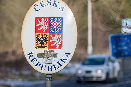 Ein Schild mit dem Wappen der tschechischen Republik steht an der deutsch-tschechischen Grenze. Foto: picture alliance / Armin Weigel/dpa