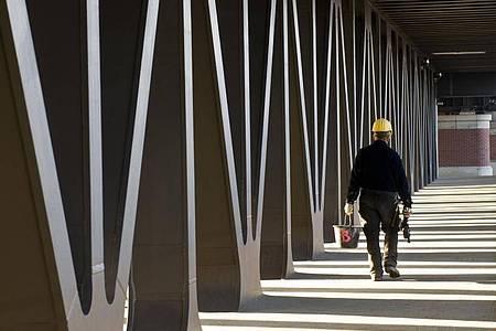 Im Rahmen der Coronakrise melden viele Betriebe Kurzarbeit an. Foto: Jens Schierenbeck/dpa-tmn