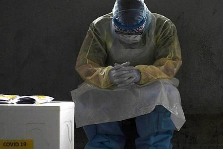 Pause, bevor es weitergeht: Ein Beschäftigter im Gesundheitswesen in Malaysia ruht sich kurz aus. Foto: Mohd Faizol Aziz/BERNAMA/dpa