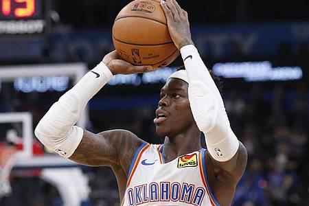 Nationalspieler Dennis Schröder steht noch bei Oklahoma City Thunder unter Vertrag. Foto: Sue Ogrocki/AP/dpa