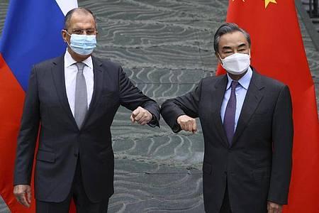 Chinas Außenminister Wang Yi (r) empfängt seinen russischen Amtskollegen Sergej Lawrow in Guilin. Foto: ---/Russian Foreign Ministry Press Service/AP/dpa